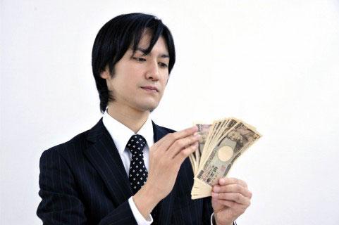 アフィリエイトで稼いだお金を数えている人
